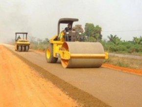 des-travaux-de-construction-de-routes-pour-soutenir-le-developpement-socio-economique
